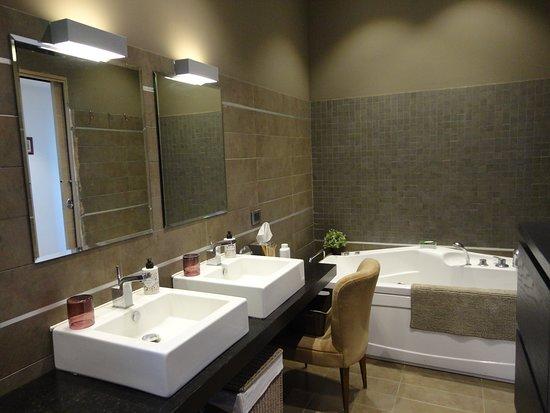 Bagno Con Vasca Doccia E Idromassagio Bathroom With Tub Shower And Jacuzzi Picture Of Nerone S B B Sutri Tripadvisor