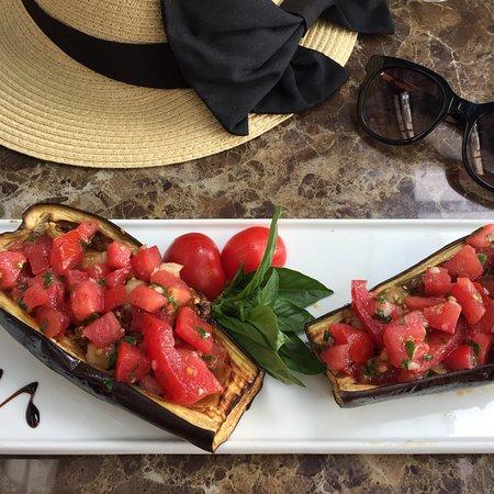 Cafe Armonia: Aubergines fourrées aux tomates sans mozzarella (vegan version)