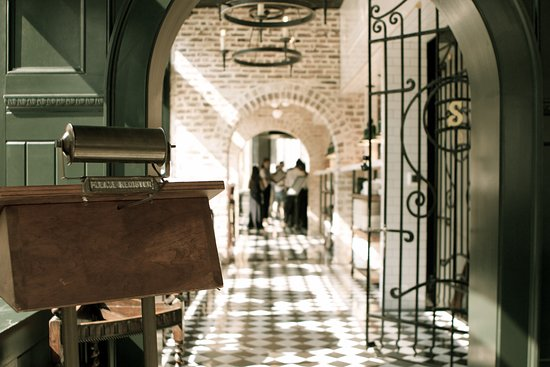 A simple, yet elegant dining experience in a classic 1920s Savannah atmosphere.