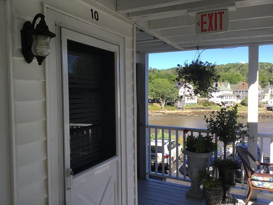 Harbour Towne Inn on the Waterfront: Middle rail is first floor (17 steps to get there) bottom rail is basement level.