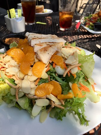 Battle Lake, Миннесота: thai salad w/ spicy peanut dressing