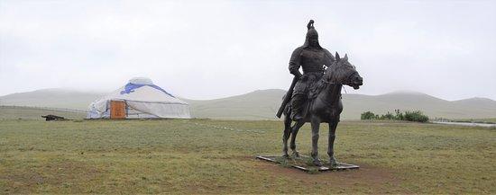 Genghis Khan Statue Complex: Eén van de krijgers naast het monument
