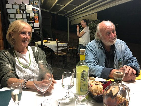 Caprese Michelangelo, إيطاليا: Friends on the veranda on a summers evening