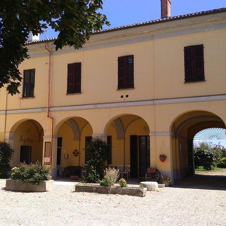 """Casalino, Italy: Una vista parziale della """"Cascina Graziosa"""", a sinistra l'entrata del ristorante."""