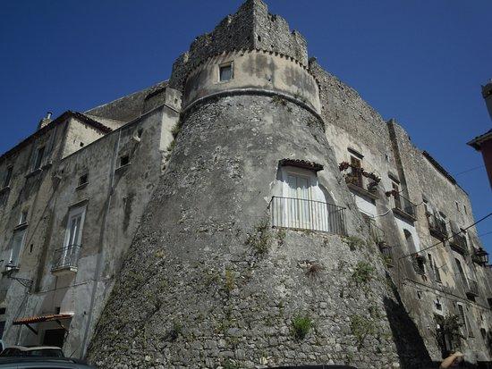 Vicolo Del Bacio: fianco del castello