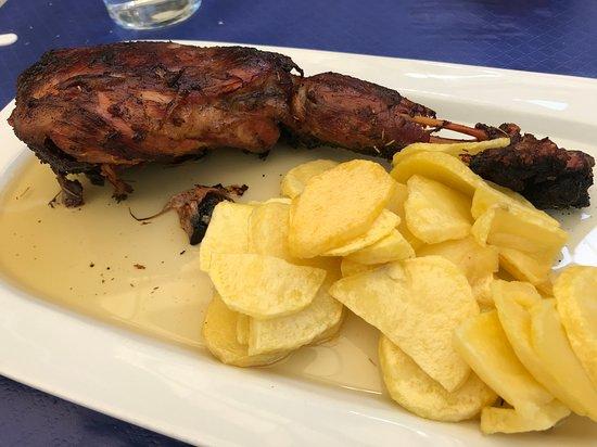 Benamahoma, Spain: pata de jabalí en charco de aceite y patatas fritas (16€)