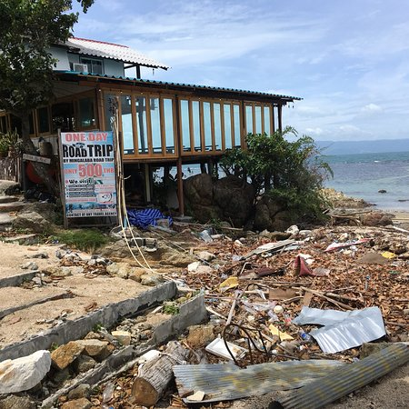 Baan Tai, Thái Lan: Dreckiger Strand an der Strand bar