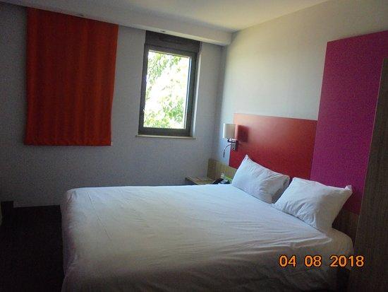 autre vue chambre, rideau ouvert, coloris très gais,très agréables