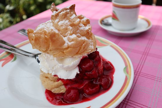Kirchensittenbach, Germany: Cream puff with raspberry sauce