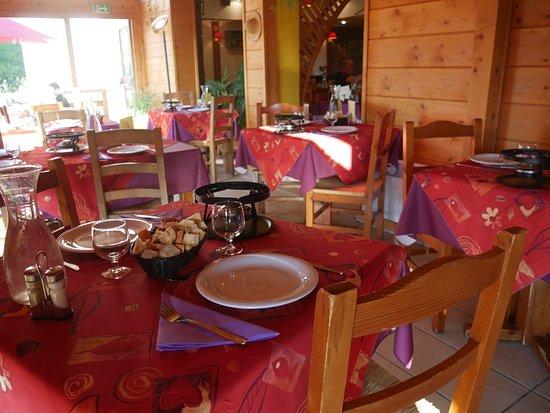 Foncine-le-Haut, Prancis: Salle à manger montagnarde et accueillante