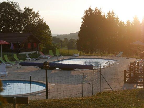 Foncine-le-Haut, Prancis: Une piscine très bien située et agréable.