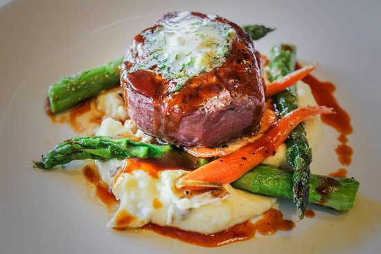 Brumley's Restaurant: Petite Fillet with garlic mashed potatoes and asparagus