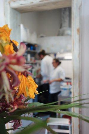 Ristorante le Bucce di Gandria: flower and kitchen