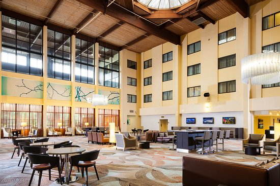 DoubleTree by Hilton Columbia: Our modern, spacious lobby is the perfect spot to lounge before or after a long day.