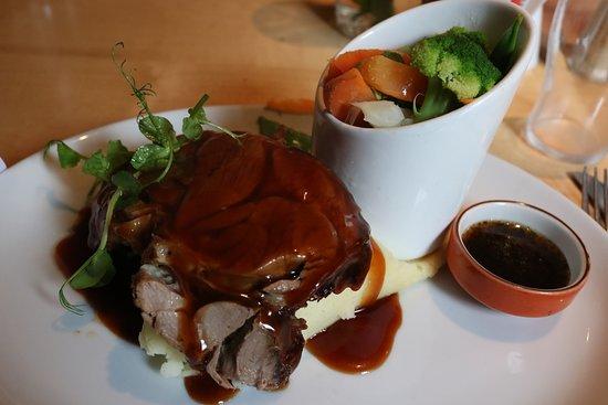 The Old Barracks Restaurant & Bakery: Lamb Roast mit Gemüse und Minzsauce auf Kartoffelbrei.