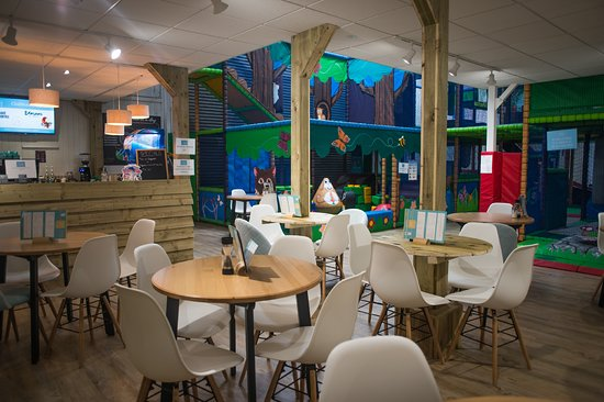 Bourton-on-the-Water, UK: Clubhouse Cafe next to soft play frame