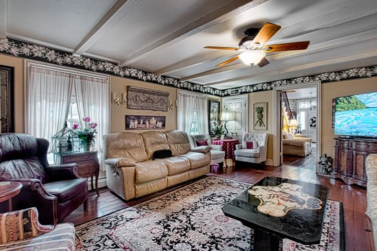 Milan, OH: Angel Welcome's Gathering Room for our guests to enjoy