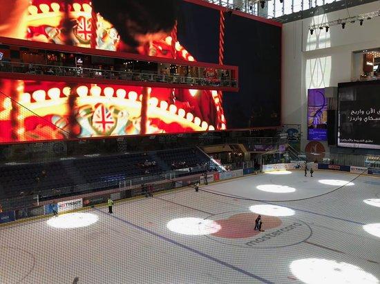 The Dubai Mall: La patinoire surplombée par,un écran vraiment géant