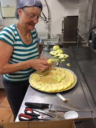St Mullins, Ierland: Thats Emer our fantastic Baker working on a Yummy Apple Tart