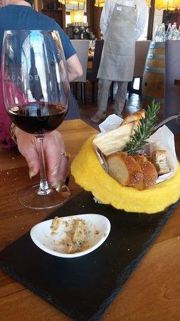 Bodega Lagarde - Restaurant: Deliciosa cesta de paes quentinhos