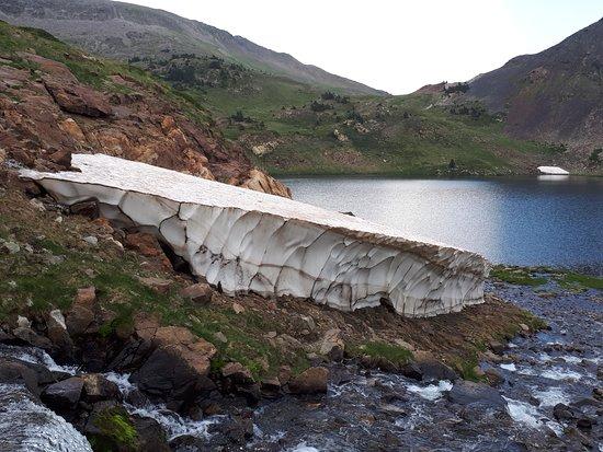 Pyrenees-Orientales, فرنسا: neige en août à 2300 m
