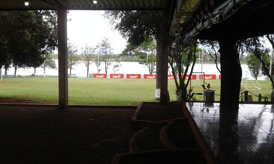Colonia Yguazu, Paraguay: Campo de futebol e aos fundos a praia
