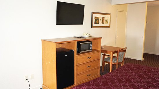 Hayward, Kalifornien: Flat Screen TV with mini fridge and microwave with work desk