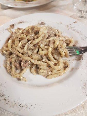 Pergine Valdarno, Italia: Pici tartufo panna e salsiccia