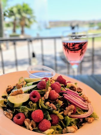 Euro Pizza Cafe: Healthy, delicious berry salad with a Rosé