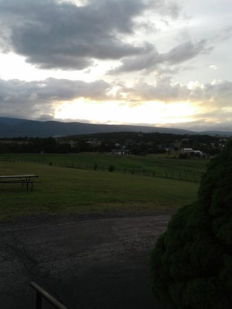 Petersburg, Virginie-Occidentale : Sunset looking west at the mountains from the front door of room 8.