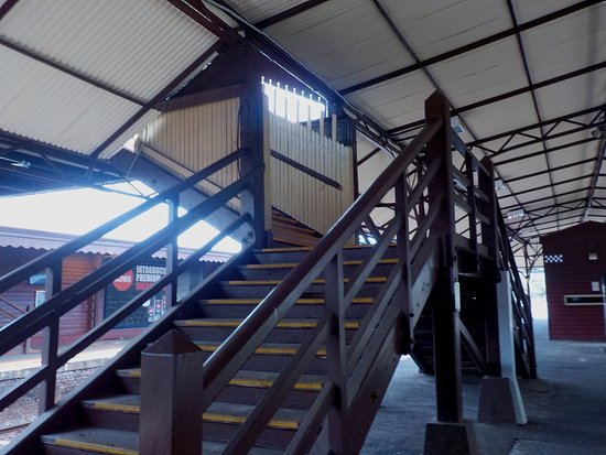 Hawthorn, Australien: Wooden stairs between platforms