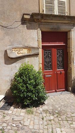 Autun, Frankreich: L'entrée ne paie pas de mine... pourtant derrière ces portes : un Escape Game grandeur nature !