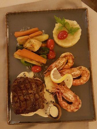 Nebraska Prime Beef und zwei Große Riesengarnelen auf Pfeffer-ramsauer dazu Gemüse und Kartoffel