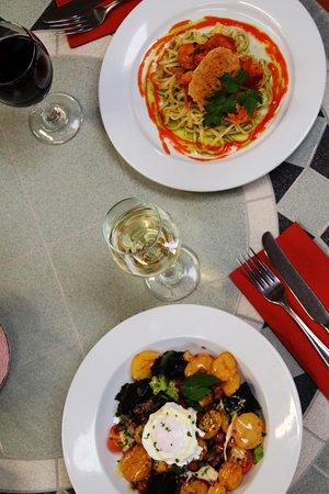 Abernyte, UK: warm chef's salad and prawn linguini