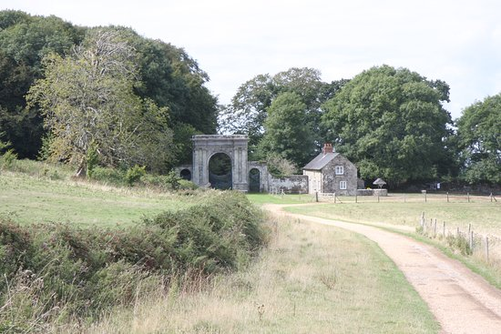 Wroxall, UK: Gate to main park, now some distance across farm fields