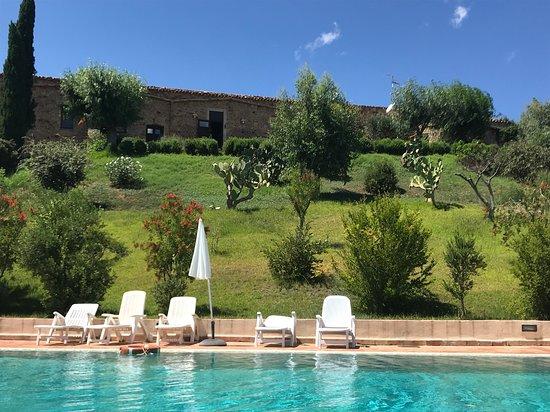 Sclafani Bagni, Ιταλία: Vista del casale dalla piscina