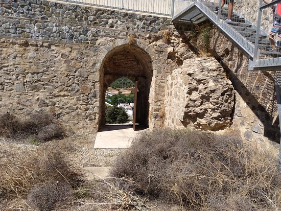 Cala, Spania: Entrada desde puerta posterior