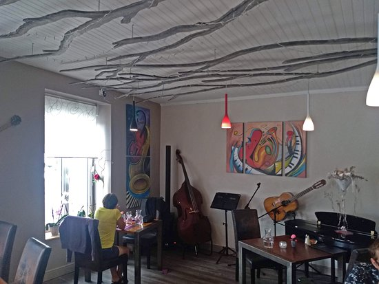 Melgven, France: La scène musicale sans musiciens, mais la musique d'ambiance enregistrée était bonne