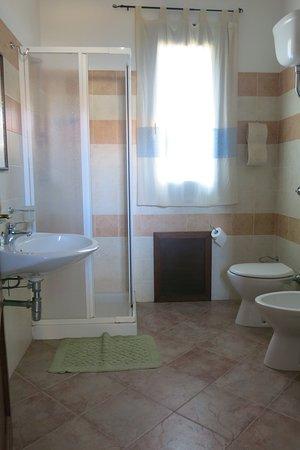 Bitti, Italy: Il bagno della camera matrimoniale, molto grande e pulitissimo!