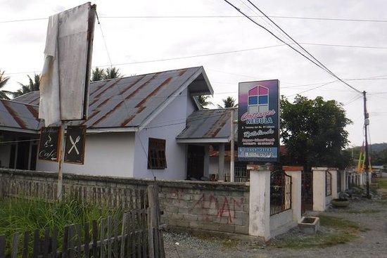 Ampana, Индонезия: entrée rue....attention de ne pas la louper l'hôtel est au bout du chemin