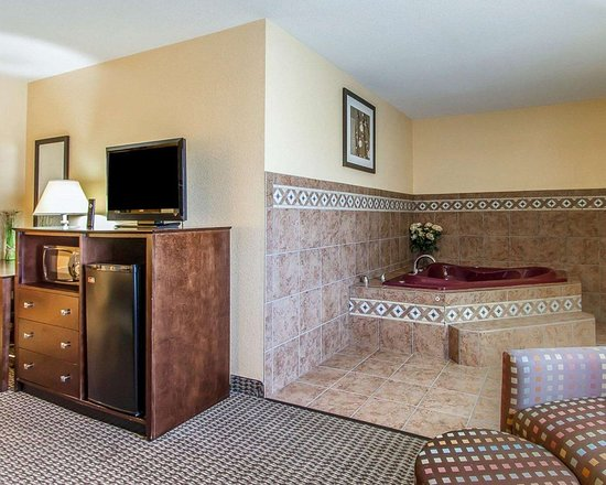 Mount Pleasant, IA: Spacious suite with hot tub