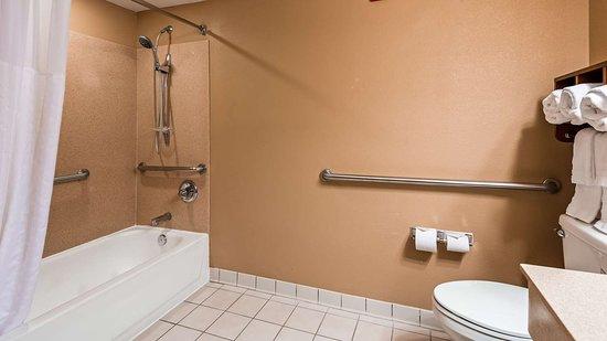 Oakwood, GA: Guest Bathroom ADA Tub
