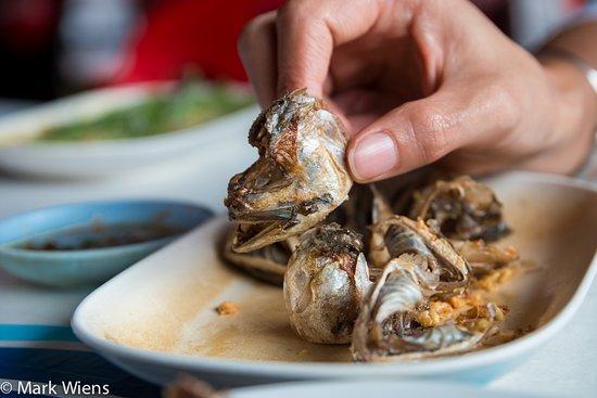 Soei Restaurant: Fried mackerel heads (kaem pla too แก้มปลาทู)
