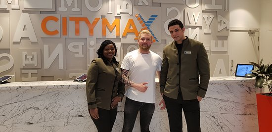 Citymax Hotels Al Barsha: The lovely Ms. Suiss and Tamer, FYI Im taller it, it's just the lighting that makes Tamer taller