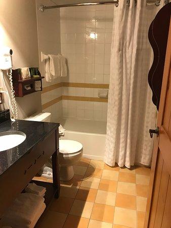 Salle de bain de la chambre double au Lodge de la montagne ...
