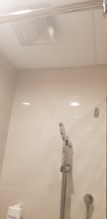 Citymax Hotels Al Barsha: Newly Renovated rooms have bathtubs and a great shower 3 piece