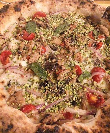 Filetti di tonno, uva sultanina, fiordilatte, capperi, cipolla rossa, pomodoro ciliegino, pistac