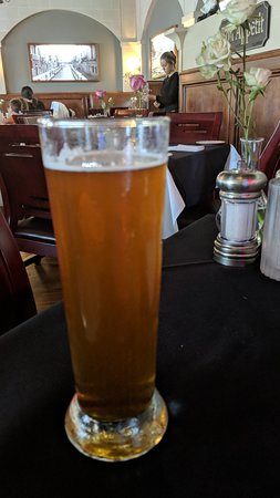 Eddie Napoli's Italian Resturant: Perfect way to start off a Friday night meal, Cold tall draft beer!