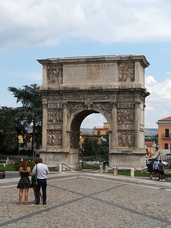 Arco di Traiano (114 d. C.): IMG_20180818_125532_large.jpg