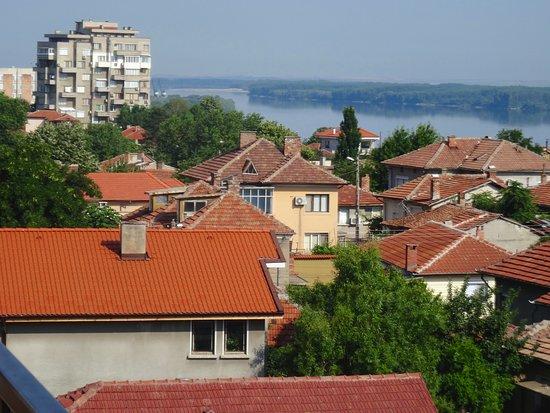 Svishtov, Bulgarije: View across the Danube from the roof terrace.